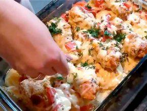 Курица с картошкой, овощами и помидорами в в духовке