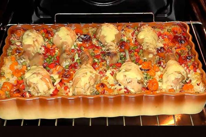 Курица с ленивым рисом и овощами в духовке