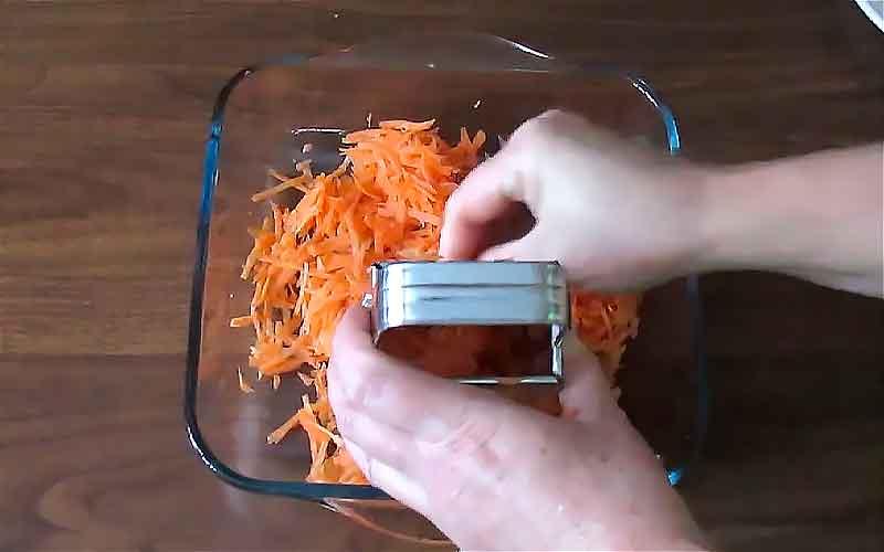 Трем морковь в форму для запекания