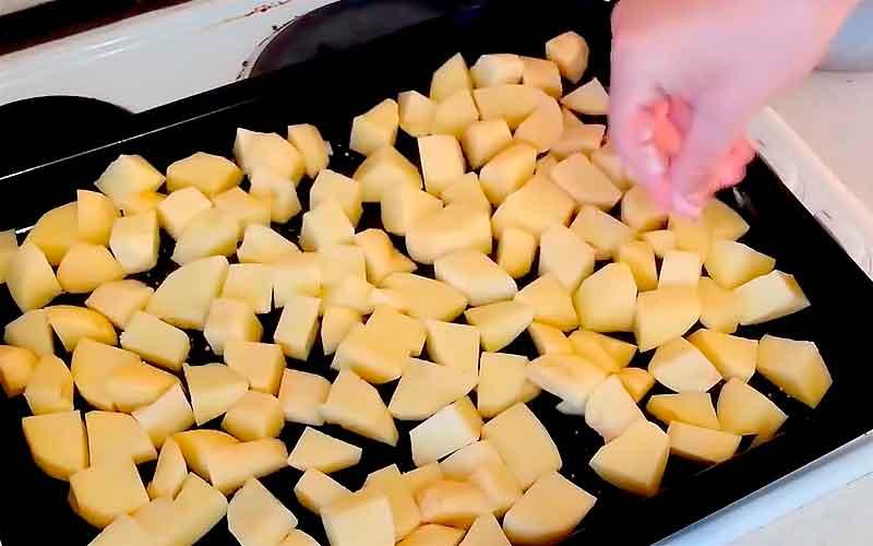 Выкладываем картошку на противень и солим