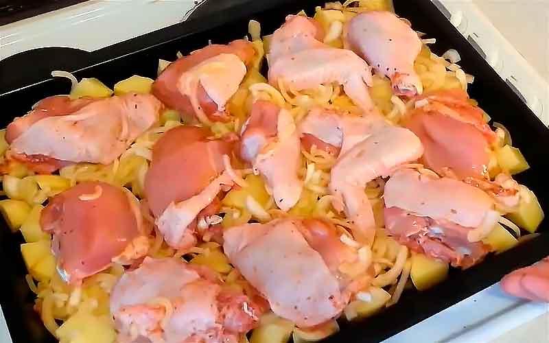 Завершающим слоем раскладываем курицу и ставим в духовку