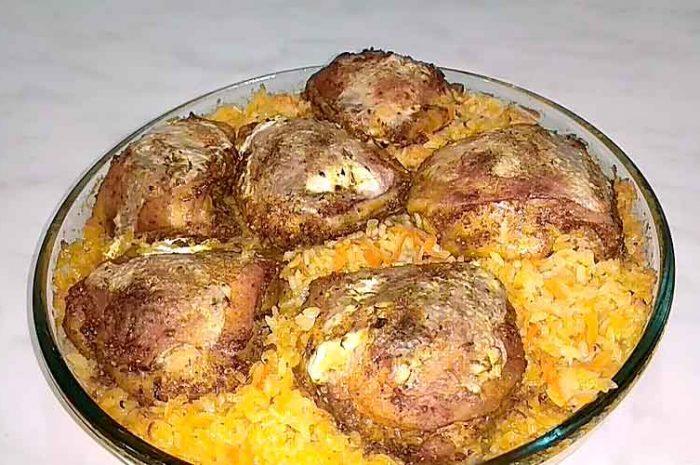 Куриные бедра с рисовой крупой в духовке