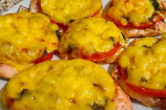 Курица по французски с сыром, овощами, и помидорами