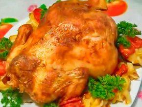 Курица на бутылке в сметане с овощами и помидорами