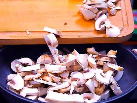Выпариваем влагу из грибов