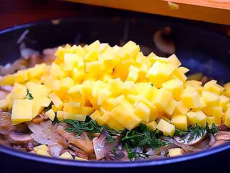 Режем кубиками картошку, добавляем в грибную смесь