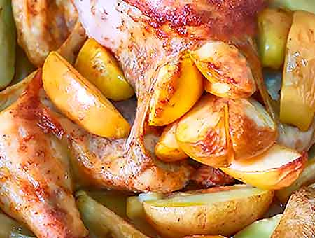Курочка с яблоками и картошкой