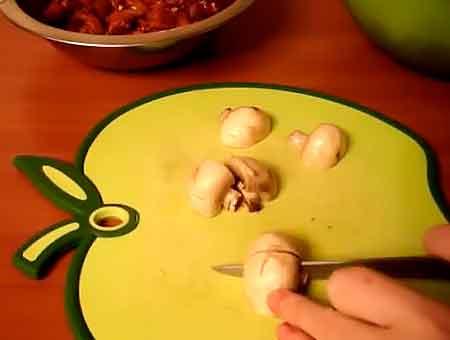 Режем грибы на четвертинки