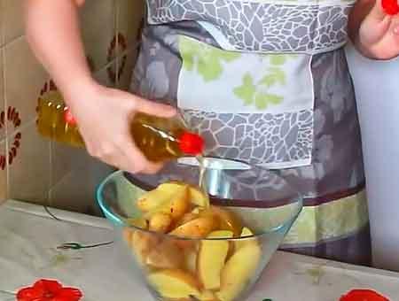 Режем картошку, перемешиваем с маслом