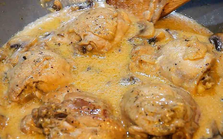 Курица с грибами на сковороде