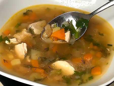Вкусный фасолевый суп с курицей готов, можно разливать по тарелкам и кормить родных
