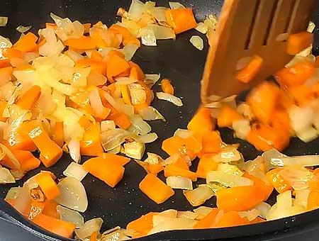 Нарезаем овощи морковку и лук, обжариваем на сковородке с растительным маслом