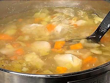 Добавляем в фасолевый суп с курицей, обжаренную морковку с луком вариться