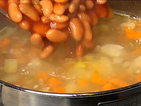 Кладем консервированную фасоль вариться в суп с курицей