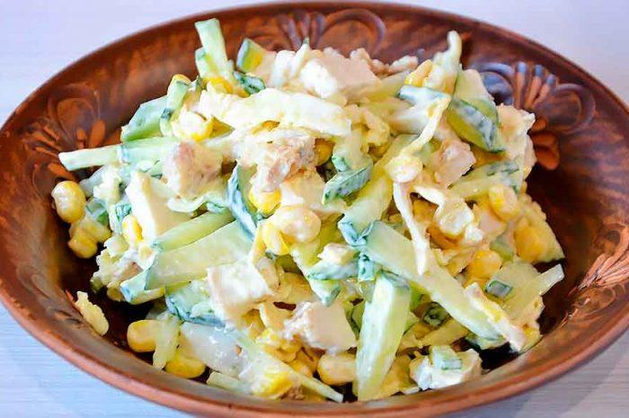 Салат с курицей и жареным яйцом