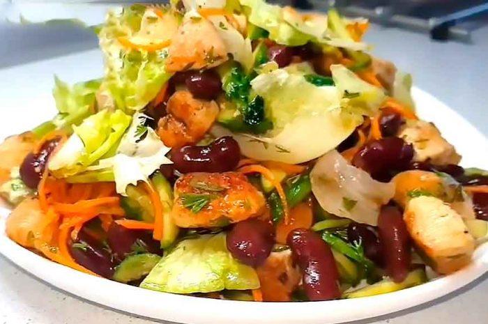 Салат с фасолью и курицей, вкусное красивое блюдо