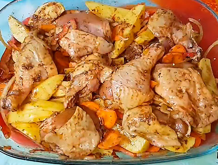 Перемешиваем мясо с картошкой и овощами