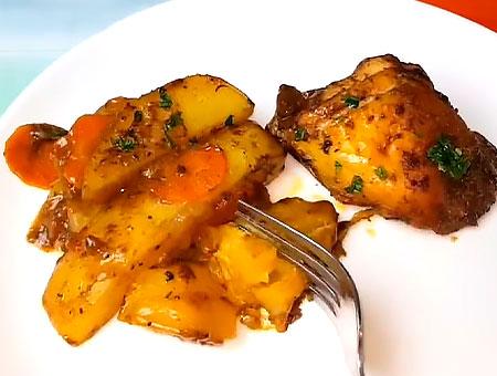 Картошка с курицей на тарелке с вилкой