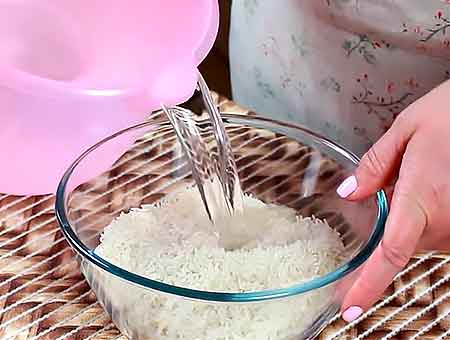 Моем рис под проточной водой