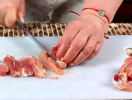 Режем мясо на куски