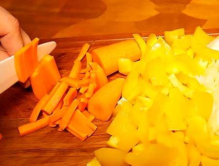 Нарезаем морковку продольной стружкой