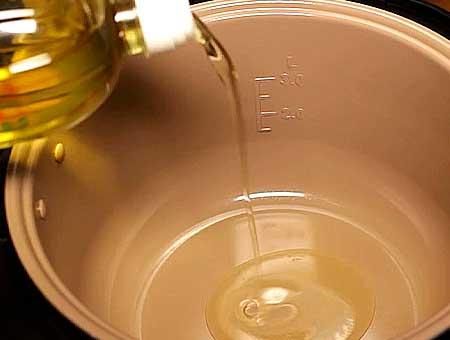 В мультиварку наливаем подсолнечное масло