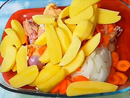 Картошку высыпаем в форму с куриным мясом