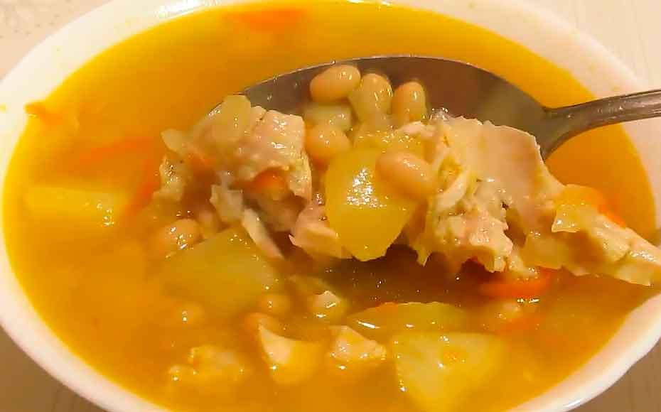 Фасолевый суп с нежной курицей на обед