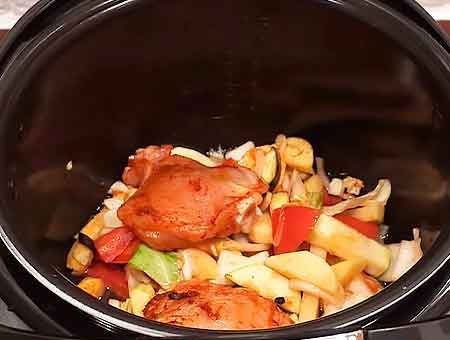 Курицу смешиваем вместе с овощами