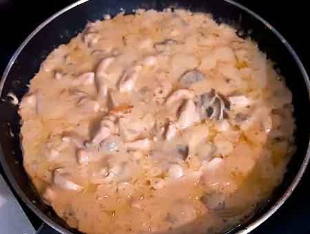 Курица в сливочном соусе приготовилась, пора накрывать на стол