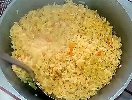 Приготовление блюда окончено, вкусный плов готов