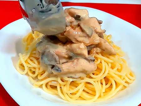 Поливаем спагетти сливочным соусом с грибами