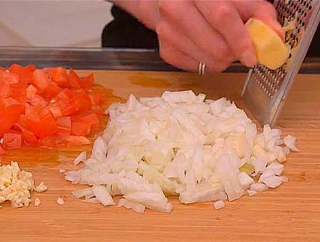 Нарезаем овощи для обжарки