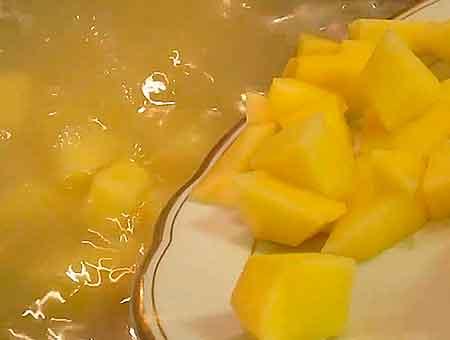 Высыпаем в фасолевый суп, порезанный кубиками картофель