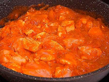 Порезанная курица, добавляется в сковороду