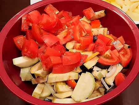 Перекладываем овощи в большую миску