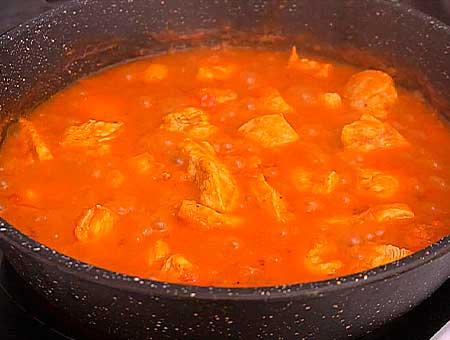 Подсаливаем куриное блюдо с карри, продолжаем тушить