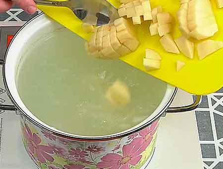 режем картошку в суп со щавелем