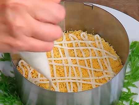 Высыпаем тертые желтки