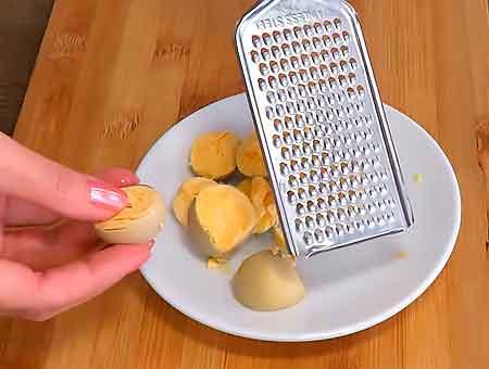 Трем яйца на терке с мелким делением