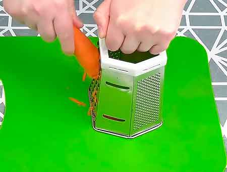 трем морковку в суп с курицей