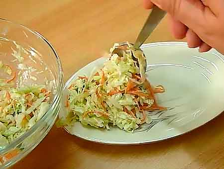 выкладываем салат с капустой на блюдо