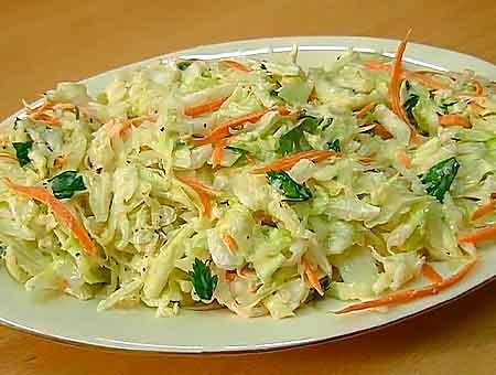 салат с курицей лежит на тарелке