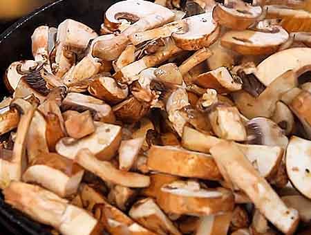 добавляем грибы на сковороду