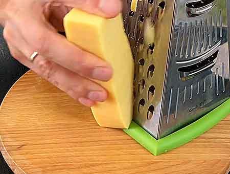 трем сыр на крупной терке