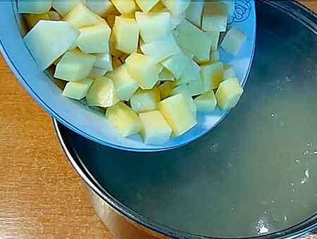 добавляем картошку в бульон