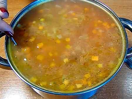 накрываем суп крышкой и даем ему отдохнуть