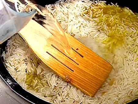 добавляем рис в мультиварку, заливаем кипятком