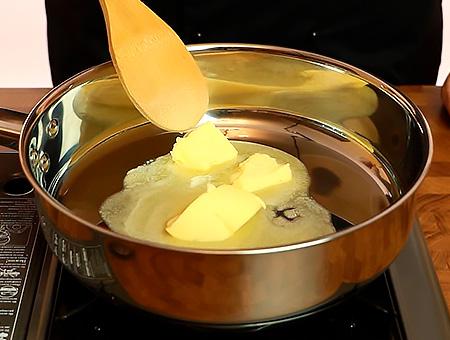 растапливаем масло на сковородке