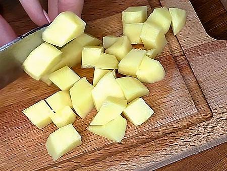 режем картошку в суп